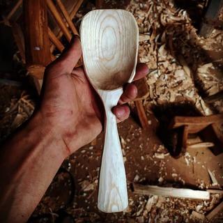 Ash serving spoon. Still needs to dry before the finishing cuts./ Cuillère de service en frêne. Encore besoin de sécher avant les finitions.  #spooncarving #spooncarver #greenwoodworking #woodshavings #polelathe #polelatheturning #cuillereenbois #tourapedale #carver #axe #sloydknife #madeinfrance  #kuksacarving #artisanat #bodger #woodcraft #handmade #nopowertool #local #ethic  #berrygrandsud #berry #faitmain #bois #bolenbois #copeaux #nature #outdoor #artdelatable #objetenbois