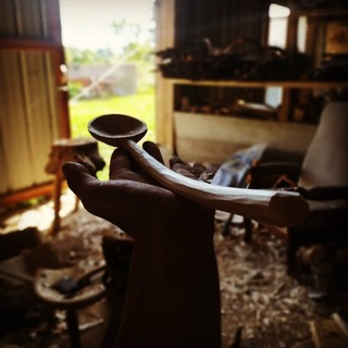 Ash cooking spoon from a bent branch. Still needs to dry before the finishing cuts./ Cuillère de cuisine en frêne provenant d'une branche courbe. Encore besoin de sécher avant les finitions.  #spooncarving #spooncarver #greenwoodworking #woodshavings #polelathe #polelatheturning #cuillereenbois #tourapedale #carver #axe #sloydknife #madeinfrance #kuksacarving #artisanat #bodger #woodcraft #handmade #nopowertool #local #ethic  #berrygrandsud #berry #faitmain #bois #bolenbois #copeaux #nature #outdoor #artdelatable #objetenbois